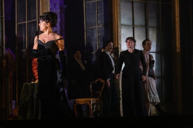 Verdi: La traviata - Lauren Fagan, Ellie Edmonds - Opera Holland Park (Photo Ali Wright)