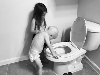 Irmã de 5 anos emociona a web ao confortar irmão após quimioterapia