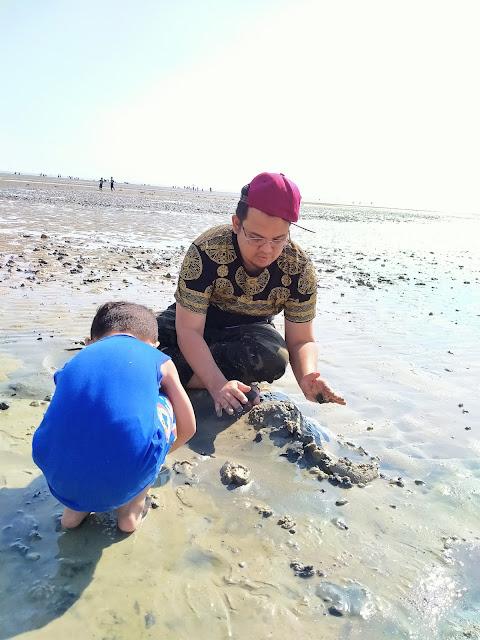 ayah anak main pasir lumpur pantai morib