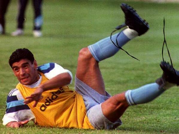 ¿Por qué Maradona usaba botines desatados?