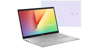 """Baru – baru ini Asus resmi memperkenalkan laptop barunya yang ditujukan khusus untuk kelas menengah. Diberi nama """"VivoBook S14 S433"""", laptop Asus ini berbeda dari seri – seri sebelumnya. Kenapa? Dilihat dari namanya, kita pastinya sudah tahu kalau laptop tersebut memiliki identitas sendiri. Hal demikian bisa terlihat dari absennya logo Asus pada bagian depan body laptop. Tertarik untuk membeli VivoBook S14 S433? Simak review VivoBook S14 S433 lebih lengkapnya berikut ini.  Review VivoBook S14 S433 2020, Laptop Terbaru Untuk Penikmat Multimedia Jika dilihat dari sisi branding, sepertinya produsen ingin membuat VivoBook terbarunya tersebut menjadi lebih komprehensif dibandingkan VivoBook terdahulu yang diketahui masih tergabung dalam seri Asus. Dibuat secara khusus untuk penikmat multimedia, kira – kira seperti apa review VivoBook S14 S433?  Tampilan Lebih Fresh dan Tampak Muda Pada dasarnya tiap laptop baru Asus pastinya dihadirkan dengan berbagai kelebihannya masing – masing, tak terkecuali untuk VivoBook S14 S433 yang baru diriliskan di pasaran. Sesuai namanya, laptop Asus terbaru 2020 ini memiliki layar dengan bentangan 14 inch.  Dimana layar tersebut menawarkan IPS I level atas dengan resolusi Full HD, atau 1.920 x 1.080 pixel. Layar dengan teknologi ini diklaim memiliki tingkat keakurasian warna hingga 100% sRGB. Tentu saja yang demikian menjadi keunggulan VivoBook S14 S433 yang patut dipertimbangkan ketika Anda akan membeli sebuah laptop baru dalam waktu dekat ini.  Tidak hanya itu, Asus juga merancang layar laptop barunya tersebut dengan bezel yang sangat tipis bertipe NanoEdge. Dengan rasio layar ke body yang hanya 85%, tentu saja body laptop VivoBook S14 S433 bisa dibilang lebih ringkas jika dibandingkan dengan laptop 14 inch lain. Melalui perangkat ini pastinya pengalaman menonton pun menjadi lebih memuaskan berkat tampilan layarnya yang luas.  Artinya, VivoBook S14 S433 benar – benar siap memanjakan para penikmat multimedia. Apalagi diketahui kalau laptop """