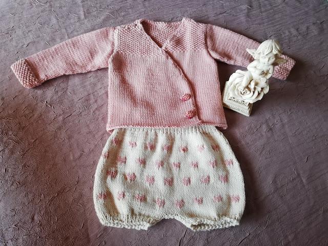 Petit ensemble que j'ai tricoté pour ma petite fille dont la naissance est prévue mi-juillet !e