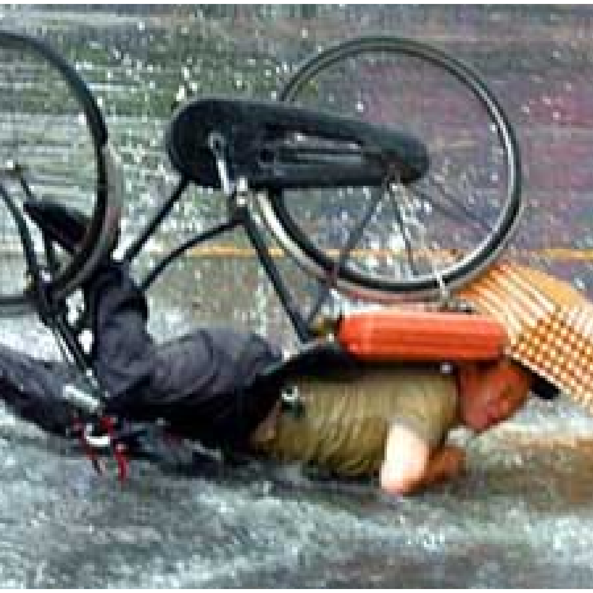 Un cycliste qui tombe sous la pluie