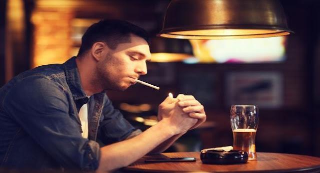 homem com disfunção erétil fumando
