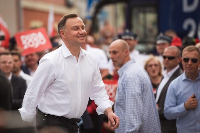 A lengyel elnök alkotmányban rögzíti az egynemű párok örökbefogadásának tilalmát