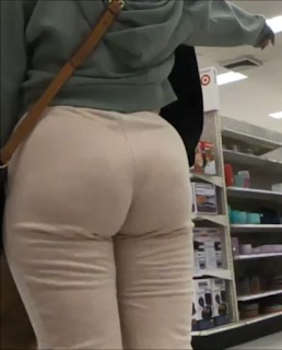 Bonita rubia curvas sexis pantalones apretados