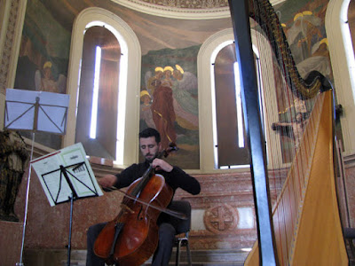 Homem tocando violoncello numa capela