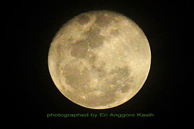 Foto Ketika Bulan Purnama Tampak Lebih Gelap dari Biasanya