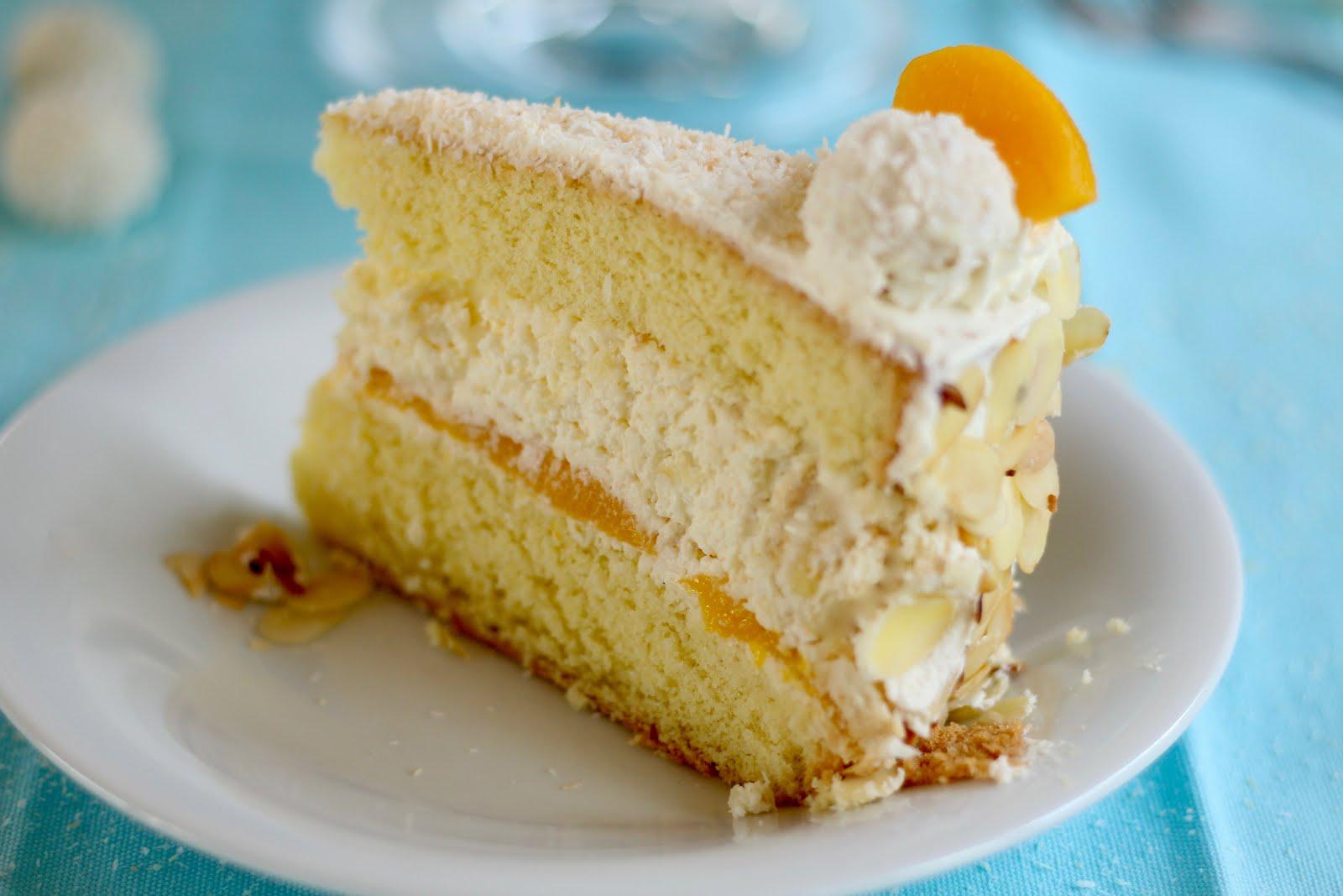 Raffaello Torte mit Pfirsich: Fluffiger Biskuit trifft Sahne-Kokos-Creme und saftige Früchte | Rezept und Video