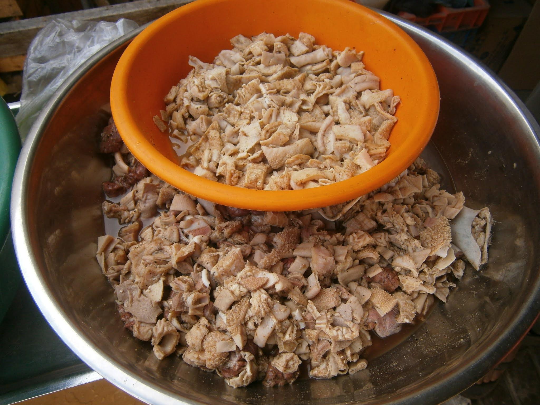 Comida peruana llamada mondonguito sin ser cocinado y picado