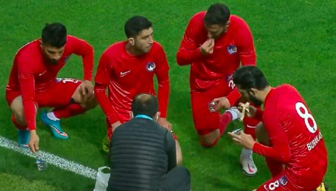 Giresunspor-Keçiörengücü maçında iftar yapan futbolcular