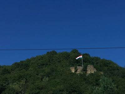 Węgierska flaga na wzgórzu koło Egeru