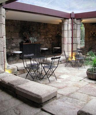 área externa com mesas e cadeira na Pousada do Convento em Belmonte