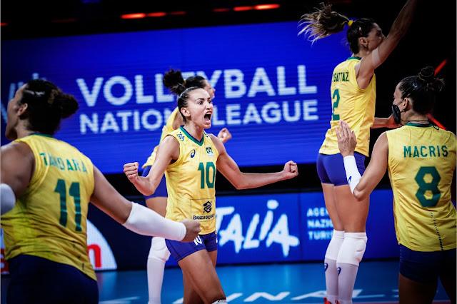 Seleção brasileira feminina de vôlei comemorando na semifinal da Liga das Nações de Vôlei