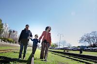 papá y mamá caminando junto a su hijo por la vía del tren. Foto de Cristian Moriñigo, de Positive