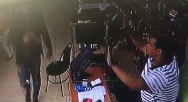 Video: Asaltan negocio de Bartolo Colón