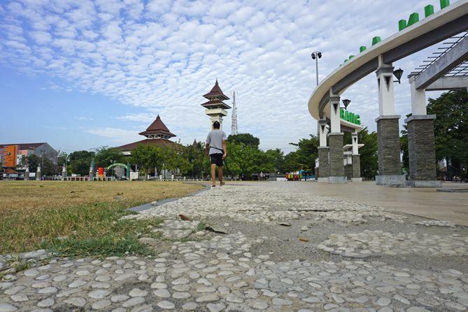 Jalur jalan kaki di sekitaran ALun-alun Kota Rembang