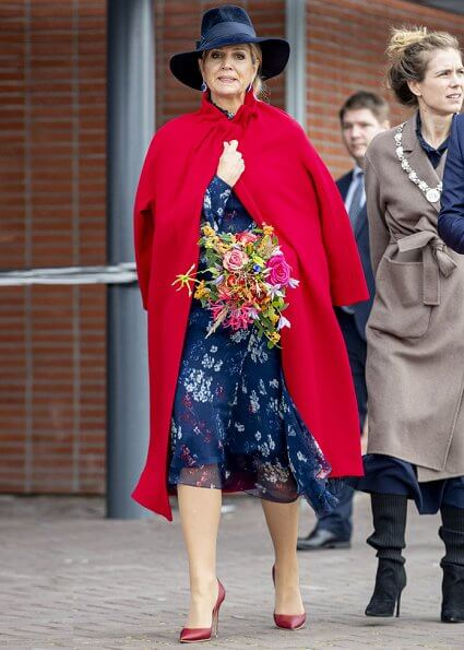 Humania is a new children exhibition about the human race. Maxima wore a floral print asymmetric dress by Natan. Natan red coat