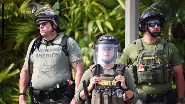 الشرطة الأمريكية تعتقل مواطنًا إيرانيًا كان يحمل سكاكين ومنجل وفأس