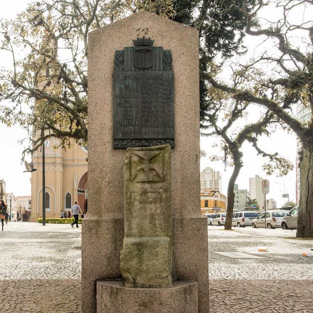 O monolito da fundação da vila de Curitiba