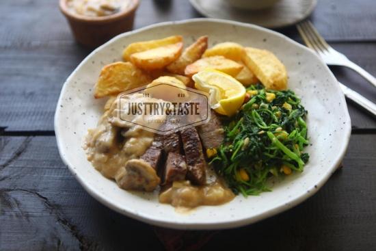 Resep Steak Saus Jamur dengan Tumis Bayam dan Kentang Goreng JTT