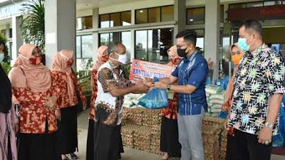 Jelang Lebaran, DWP Payakumbuh Bagi-bagi Sembako