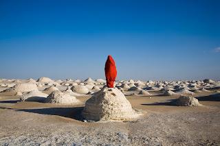 Momia roja en el desierto blanco. Sahara © Alfredo De Stéfano