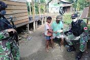 Satgas Raider 300 Laksanakan Patroli Kampung Serta Berikan Pelayanan Kesehatan