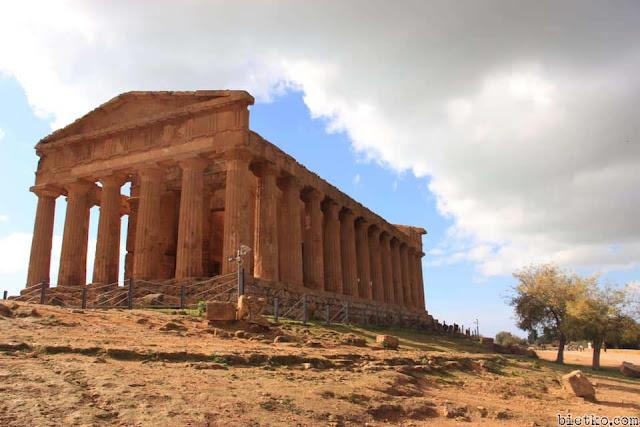 Cận cảnh đền thờ kiến trúc kiểu Hy Lạp trên đảo Sicily