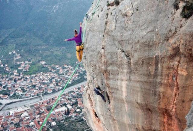 Κόβει την ανάσα 24χρονη ισορροπώντας σε σχοινί σε ύψος 100 μέτρων πάνω από το Λεωνίδιο (βίντεο)