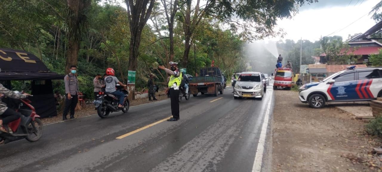 Semua Kendaraan Yang Masuk di Wilayah Tana Toraja Disemprot Cairan Disinvektan