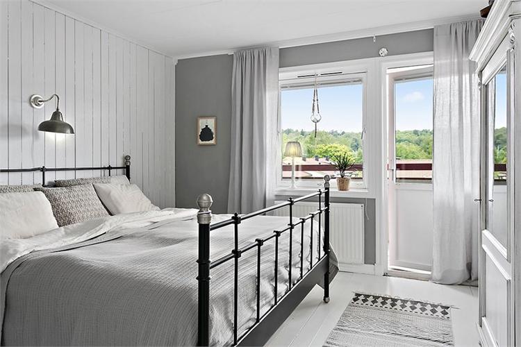 dormitorio matrimonio estilo nordico cama forja alfombra house doctor interiorista barcelona alquimia deco