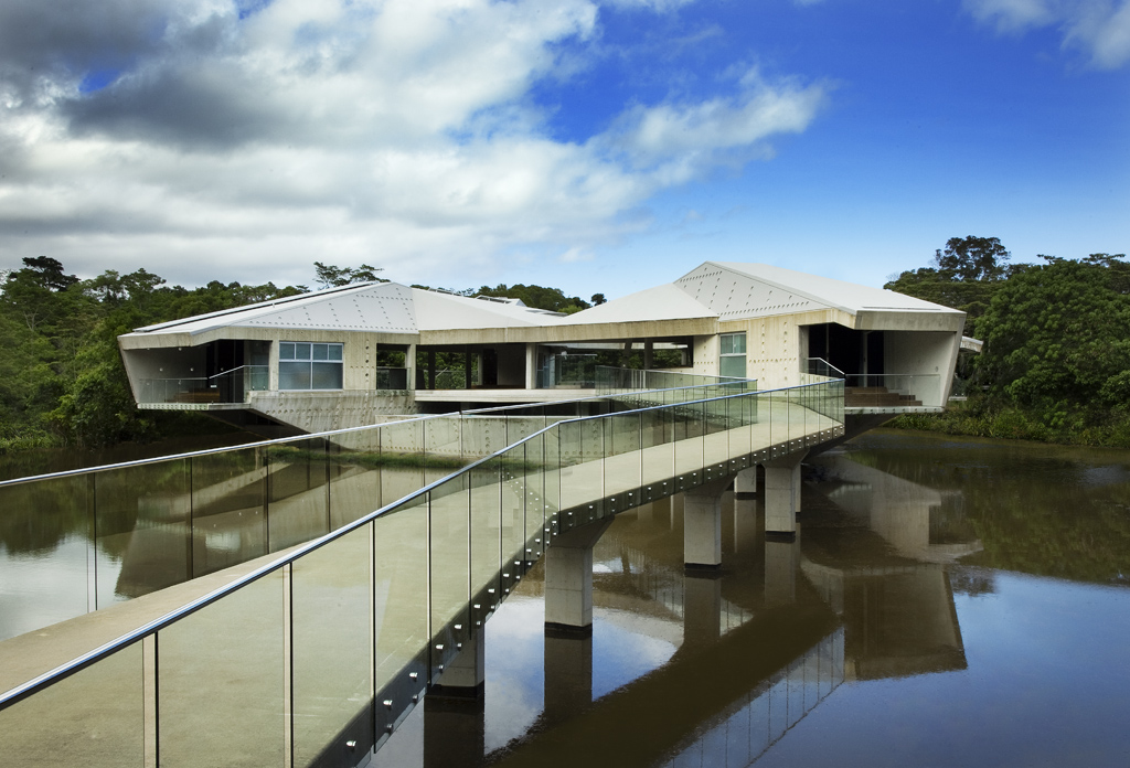 11-Bridge-to-the-House-Charles-Wright-Architecture-with-Star-Wars-Millennium-Falcon-Inspired-House-www-designstack-co