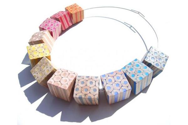 ожерелье из цветных карандашей