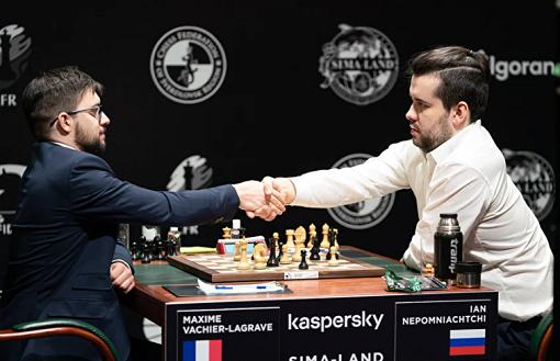 Maxime Vachier-Lagrave bat Ian Nepomniachtchi et le rejoint en tête du tournoi des candidats - Photo © FIDE