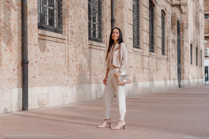 Streetstyle outfit chaqueta rosa empolvado Revolve pantalon blanco zara y botines maquillaje AGL