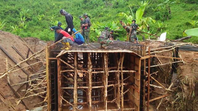 "KANDANGAN,- Di tengah situasi merebaknya wabah virus Corona Disease Covid-19, tak menyurutkan semangat pengabdian TNI untuk Negeri. Dengan mengwujudkan peningkatan jalan sepanjang 1150 m × 6 m , pembuatan jembatan beton 3,4 m × 6 m serta pembuatan selat beton (gorong-gorong) 1,5 m × 6 m. ""Sasaran fisik tambahan TMMD adalah rehabilitasi mesjid dan mushola"".  Dandim 1003 Kandangan, Letnan Kolonel Arm Dedy Soehartono, S.I.P., mengatakan, Kampung Pariangan Desa Batubini, Kecamatan Padang Batung, Kabupaten Hulu Sungai Selatan, Kalimantan Selatan menjadi sasaran pengabdian TNI Kodim 1003 Kandangan dalam program TNI Manunggal Masuk Desa ( TMMD) ke-107 Tahun Anggaran 2020 untuk meningkatkan taraf perekonomian warga masyarakat.  TNI Angkatan Darat Kodim 1003 Kandangan/ Korem 101 Antasari/ Kodam VI Mulawarman dalam program TNI Manunggal Masuk Desa (TMMD) ke-107 Tahun Anggaran 2020.  Perintah Kepala Staf Angkatan Darat bahwa kegiatan TMMD ini tetap dilaksanakan kendati upacara pembukaan pada Senin 16 Maret 2020 pekan kemarin dilaksanakan secara sederhana tanpa libatkan prajurit, pejabat, dan masyarakat yang banyak. Sesuai perintah kegiatan TMMD yang biasanya melibatkan banyak masyarakat, di tengah situasi mewabah Corona ini, pihaknya mengambil kebijakan dengan pembatasan maksimal 30 orang ikut terlibat dalam aktifitas TMMD dan ini pun mendapatkan dukungan Bupati Hulu Sungai Selatan saat pembukaan kemarin.  Kedatangan Prajurit yang tergabung dalam Satgas TMMD Kodim 1003 Kandangan di Kampung Pariangan desa Batubini Kecamatan Padang Batung disambut warga masyarakat setempat yang senang lagi mendukung kehadiran mereka sejak dibuka program TNI Manunggal Membangun Desa (TMMD) ke 107 TA. 2020 di wilayah Kodim 1003/Kandangan Kab. Hulu Sungai Selatan.  Selain sasaran fisik utama pihaknya juga melaksanakan sasaran non fisik tambahan terkait wabah Corona Covid-19 ini dengan bekerjasama dinas-dinas di lingkungan Pemerintah Hulu Sungai Selatan. Seluruh prajurit Satgas TMMD Kodim 1003 Kanda"