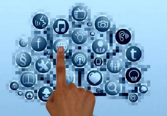 Una mano eligiendo Apps de las opciones que existen