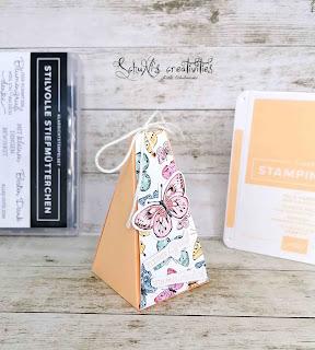 Farben: Papaya  Stempel: stilvolle Stiefmütterchen Werkzeug: Papierschneider, Lochzange Stanzformen: fabelhafter Falter