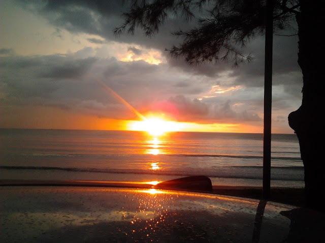 ยามเย็นจะมีชาวบ้านนักท่องเที่ยวมานั่งชมรอพระอาทิตย์ตกอยู่เสมอ