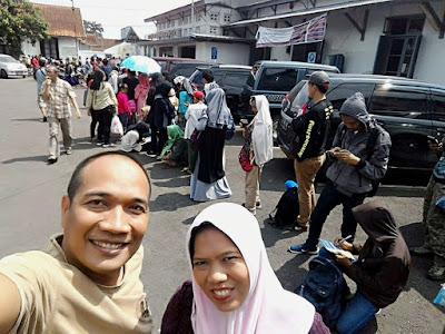 Antrian pembelian tiket KA Galunggung yang mengular sampai ke luar stasiun.