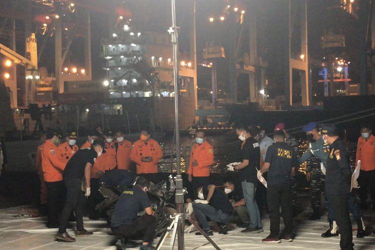 TNI AL Serahkan Turbin Pesawat Sriwijaya Air SJ 182 ke Posko Komando JICT 2