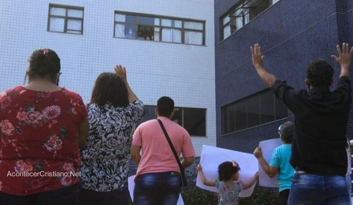 Familia ora en hospital por joven internado