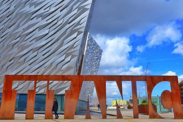 Titanic frente al Museo del Titanic en Belfast