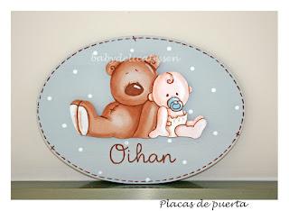 placa de puerta infantil oso con bebé apoyado nombre Ohian babydelicatessen