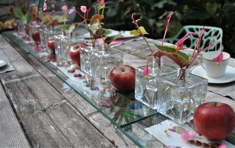 Eckige Vasen und Äpfel