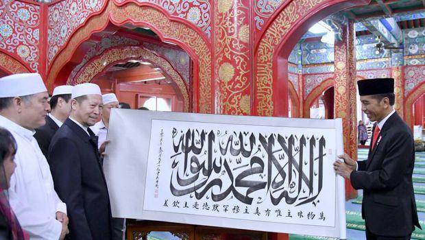Allahu Akbar, Jauh-jauh ke Tiongkok, Jokowi dihadiahi Bendera Tauhid Yang Akhir-akhir Ini Sering Dikriminalkan