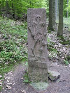 Totenmannstein im Wald nahe Fischweier