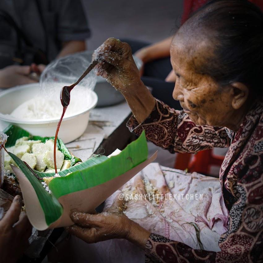 Sensasi Mengantri Legenda Lupis dan Jajanan Pasar Mbah Satinem, Yogyakarta.