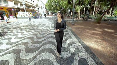 Apresentadora passeia pelo centro histórico da capital gaúcha (Foto: Divulgação/SBT)